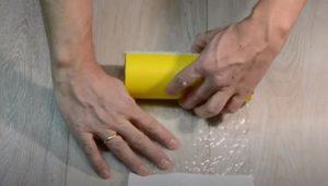 Роликом прокатывают по полиэтилену так, чтобы сборка надежно приклеилась к ролику