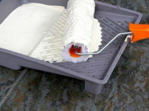 Роликом проводят несколько раз по пластине, равномерно распределяя состав по рабочей части