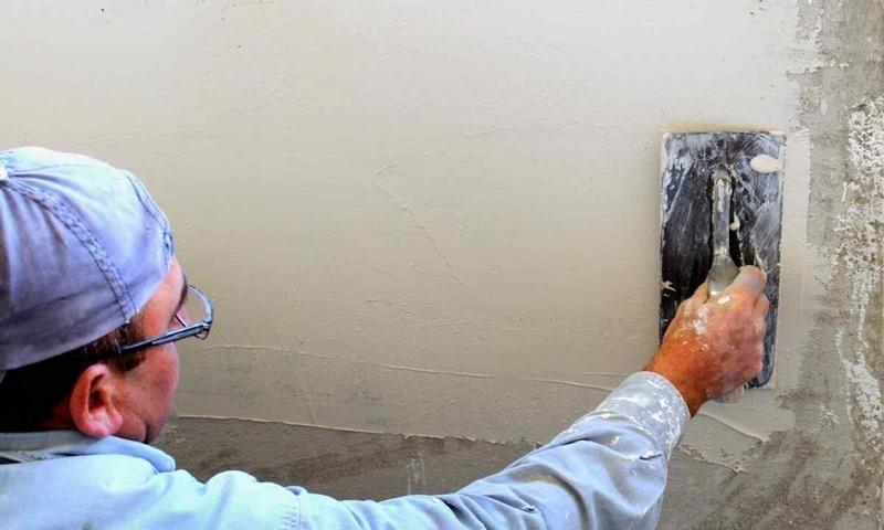 Ручную штукатурку стен выполняют, если нужно обрабртать небольшую площадь поверхности