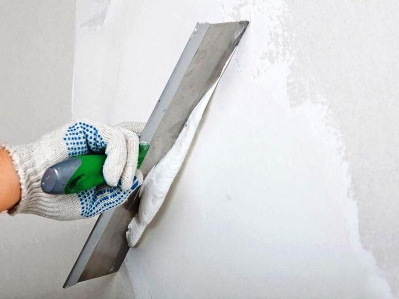 С помощью шпаклевки удаляют с поверхности мелкие дефекты