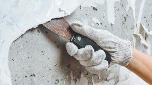 Шпателем подцепляют отваливающиеся куски и удаляют покрытие