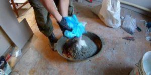 Смешивают в нужных пропорциях цемент с песком и каменной крошкой