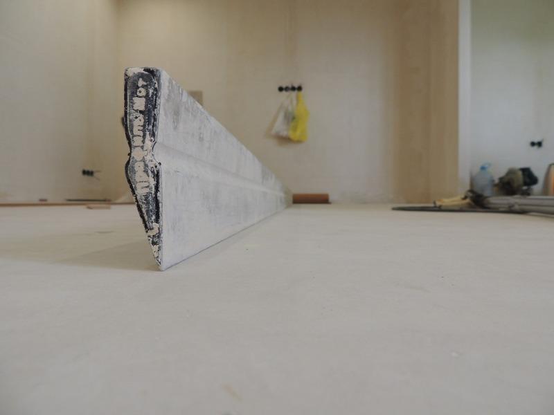Хранить строительное правило следует в сухом помещении, защищая поверхность от механических повреждений
