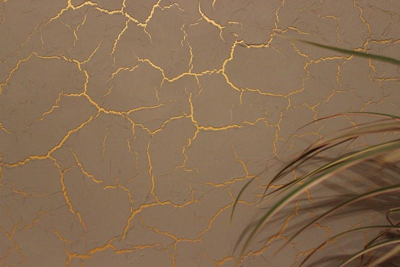 Технология создания эффекта кракелюра на стенах с использованием двухкомпонентного лака гораздо сложнее