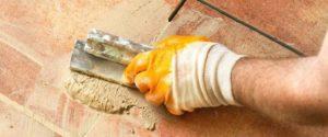 В пустоты между плитками дополнительно закладывают материал
