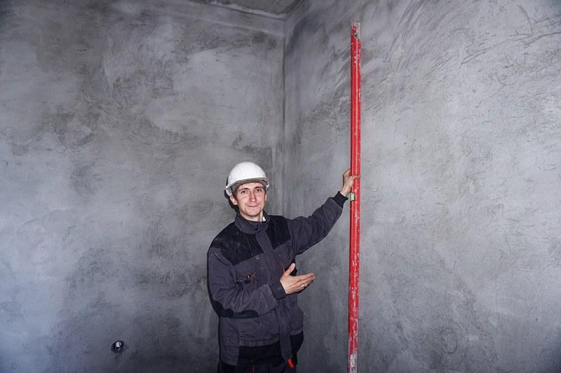 Вертикальность и горизонтальность контролируют при помощи строительного уровня