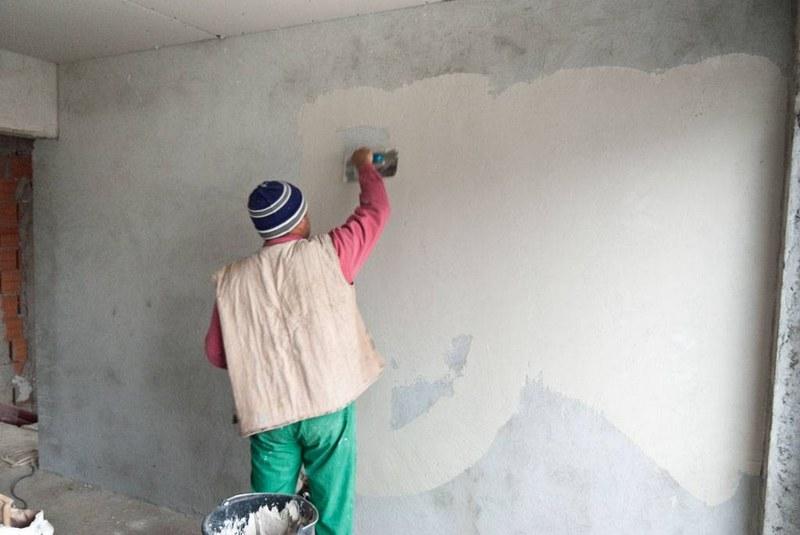 Бетонные стены выравнивают с помощью цементных или гипсовых смесей