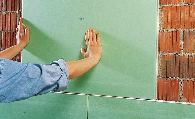 Для выравнивания стен используют гипсокартон, если поверхности, предназначенные под укладку плитки, имеют значительные дефекты