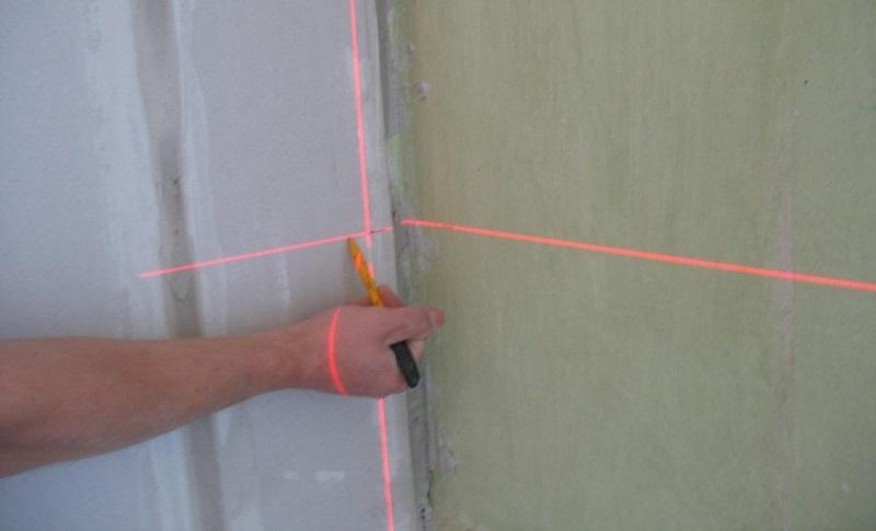 Нанесение разметки для монтажа каркаса для ГКЛ производят с помощью лазерного уровня