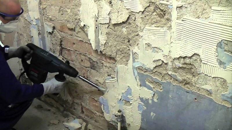 Обработка стен из кирпича заключается в полном или частичном снятии плохо держащейся штукатурки